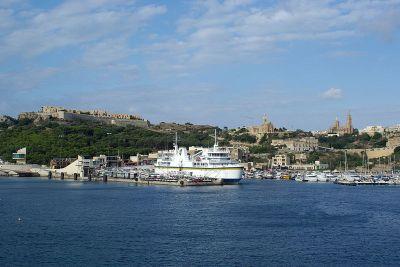 Mġarr látképe a kompról. Fotó: Berthold Werner, Wikimedia.
