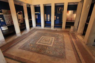A rabati Domus Romana (római lakóház) múzeum nagyterme a nagy mozaikkal